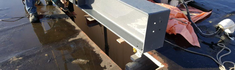 Nieuwe stalenbalk door het dak van bestaande kantoor KBK bouw BV.