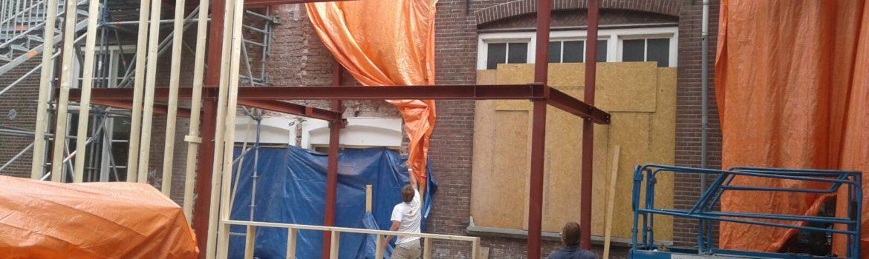 Staalconstructie tegen bestaand gebouw