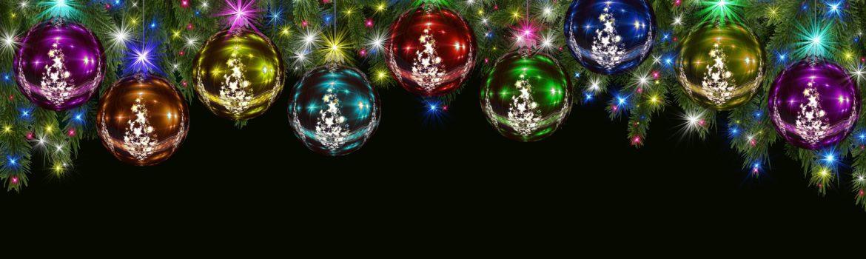 Gekleurde kerstballen aan een kerstslinger