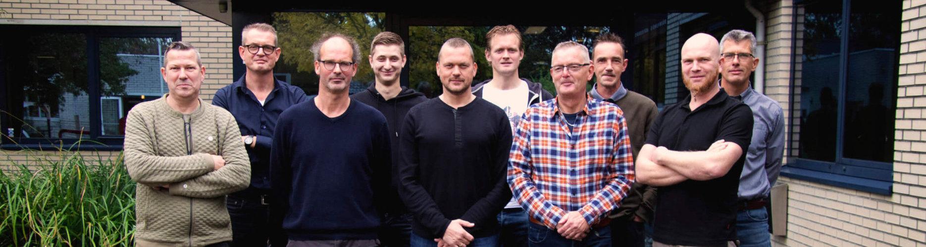 Medewerkers van SASbv voor het kantoor in Schagen
